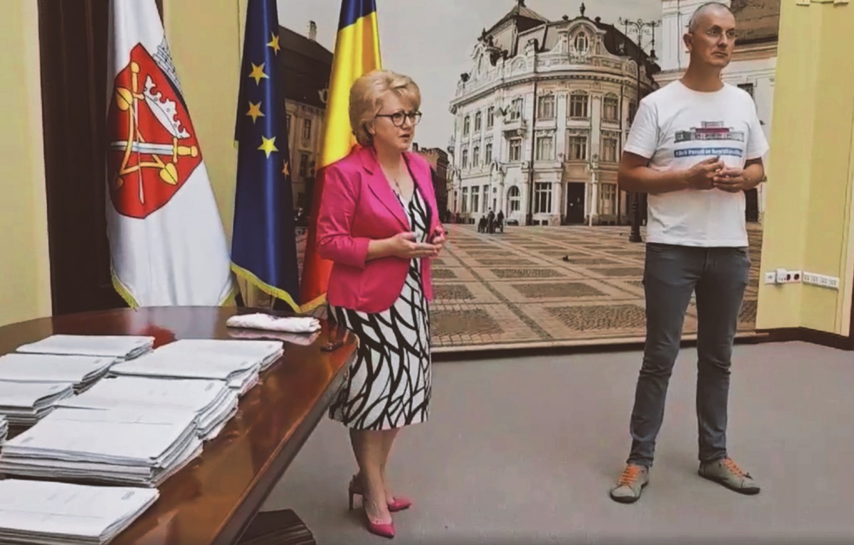 """Listele pentru """"Fără penali în funcții publice"""" au ajuns la Primăria Sibiu. Fodor: """"E prima dată când semnez o petiție"""""""