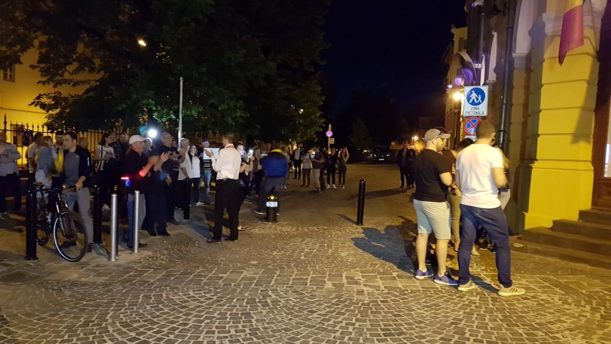 VIDEO Tensiuni în fața sediului PSD: un grup de tineri social-democrați, confruntări cu protestatarii