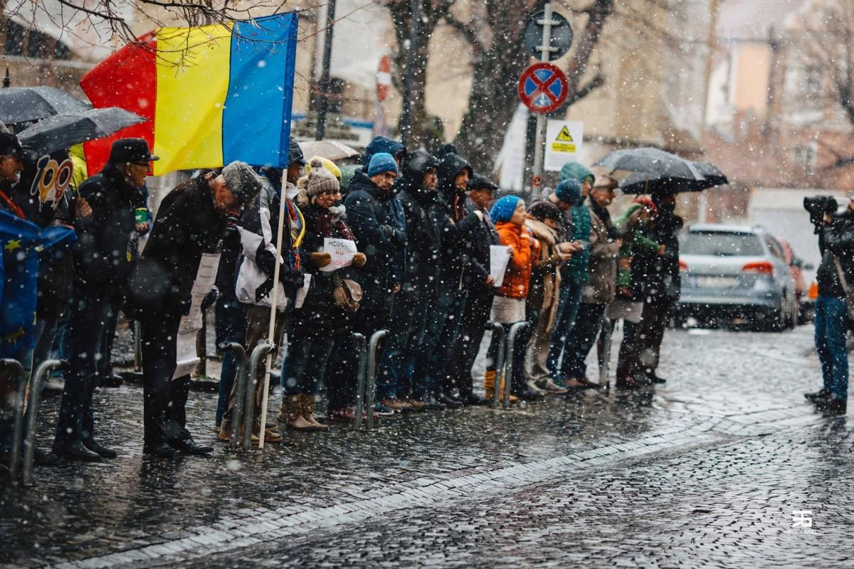 Protest în Sibiu:Atreia iarnă la rând suntem nevoiți să ne apărăm în stradă dreptul la o justiție egală pentru toți