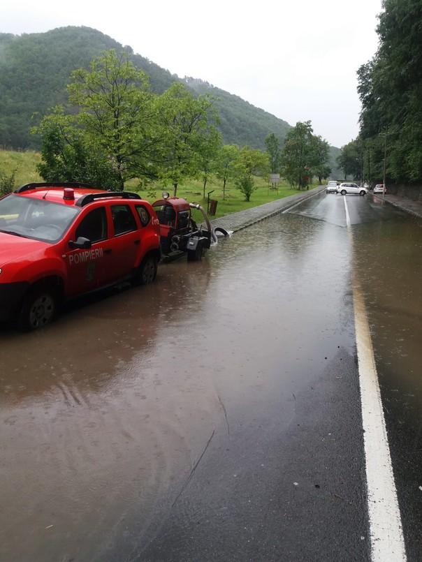 Cod roșu de inundații pe Valea Oltului. Apă pe carosabil la Călimănești