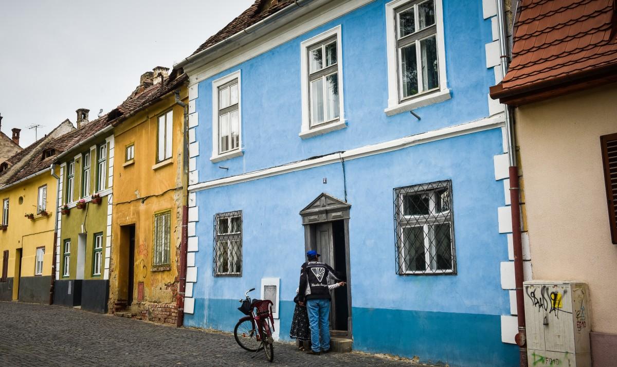 """Pedofilul prins ieri locuia pe """"cea mai frumoasă stradă din Sibiu"""", într-un spațiu de la Primărie. """"Ne spunea ca e fiica lui"""""""