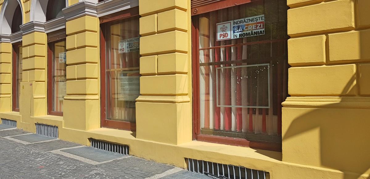 Pesediștii sibieni au scos poza lui Dragnea din geamul sediului de partid