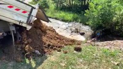 Desfășurare de forțe la Rășinari, unde au fost aruncate în râu materiale de construcție. Îl caută pe făptaș