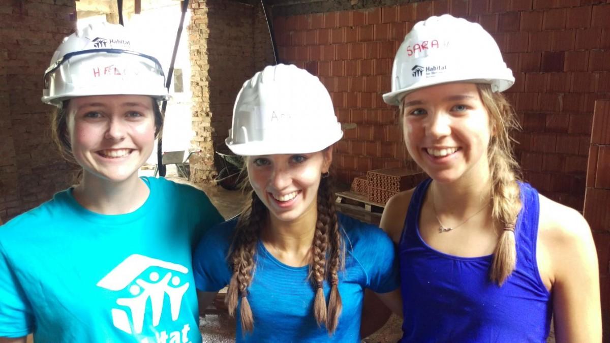 23 de elevi de liceu din Irlanda de Nord lucrează la construcția de locuințe sociale în Mediaș
