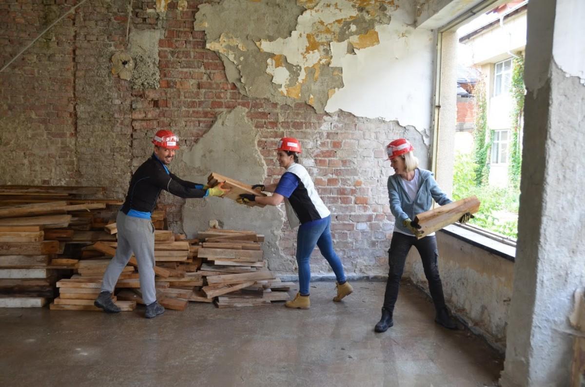 Voluntari din opt țări construiesc locuințe sociale la Mediaș
