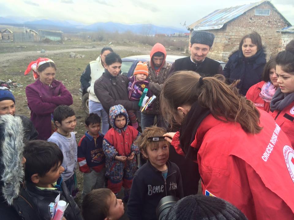 Voluntarii Crucii Roșii Sibiu și un preot au oferit articole de igienă copiilor din Turnișor