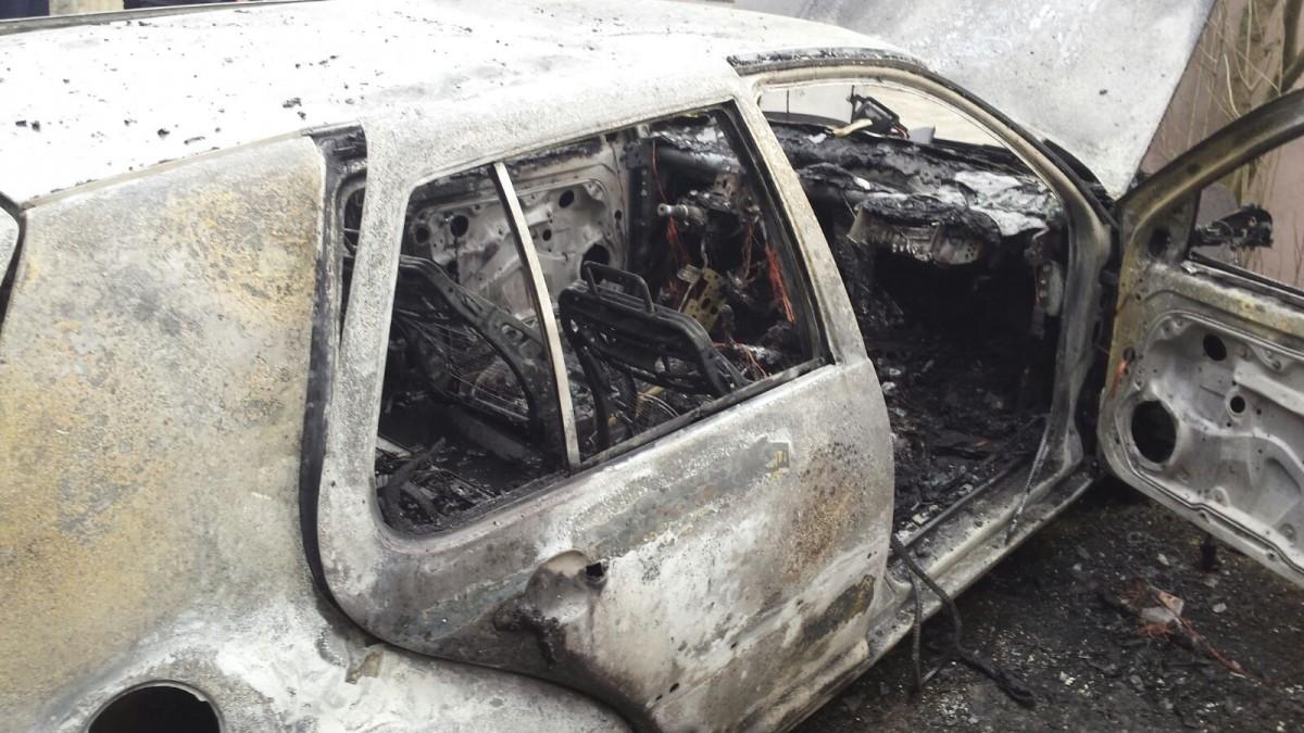 O mașină a luat foc într-un garaj de pe strada Porumbescu