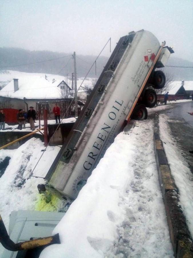 O cisternă care transporta combustibil s-a răsturnatpe DN 13, între Târgu Mureş şi Sighişoara