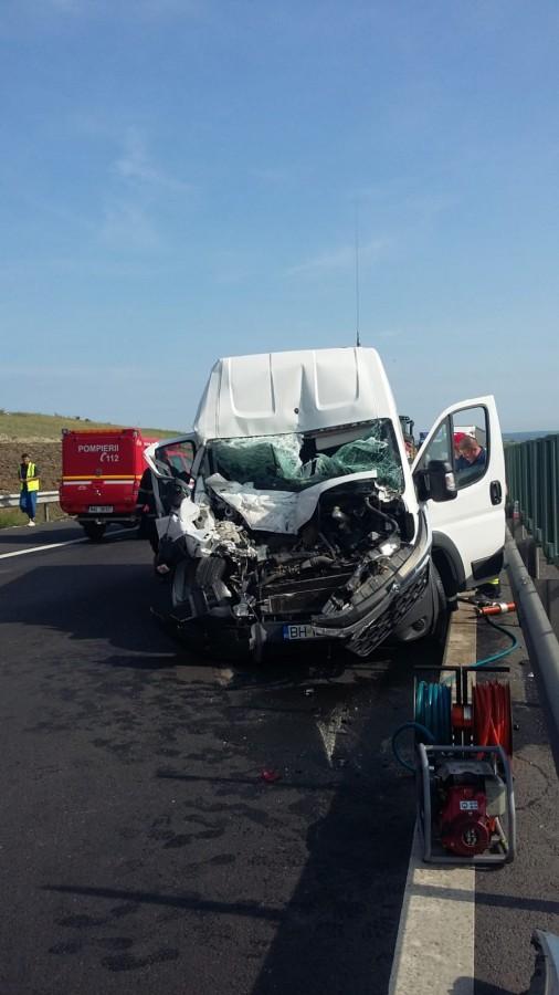 Accident pe autostradă, la Aciliu. Un șofer de microbuz a adormit la volan
