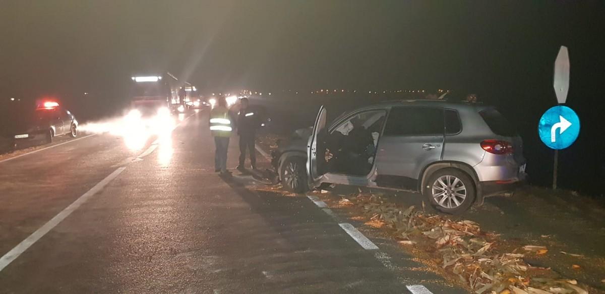 O mașină a intrat în remorca unui tractor care nu a dat prioritate la intrarea pe DN 1