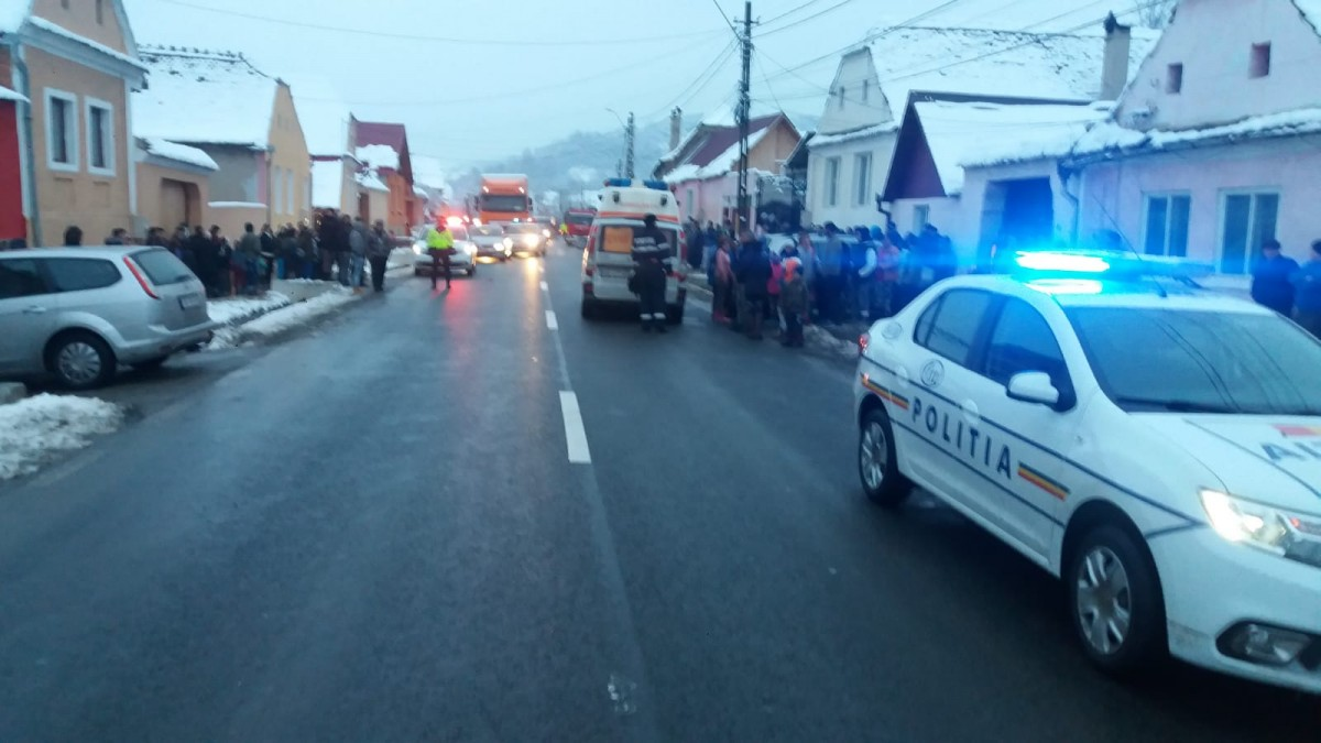 Una dintre cele două fetițe lovite de mașină în timp ce traversau strada a murit