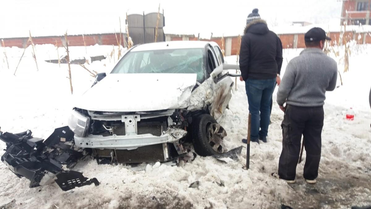 Șofer pe contrasens la Boița a provocat un accident. Trei persoane au ajuns la spital