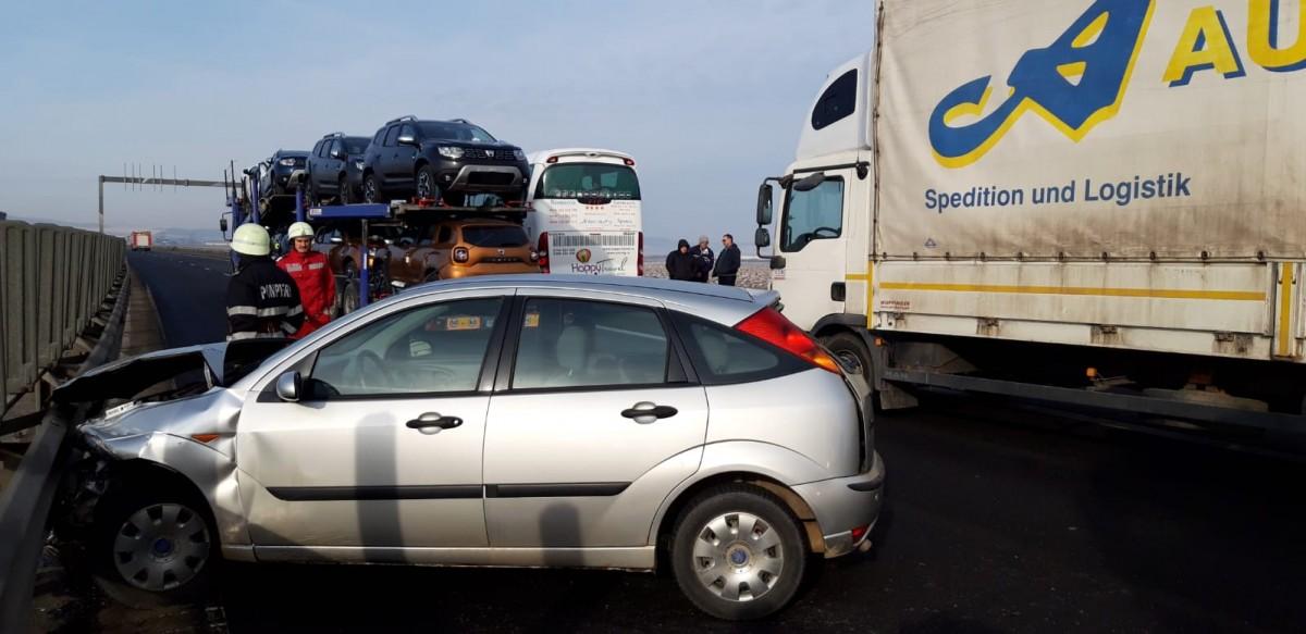 O mașină a ajuns în parapet, pe autostradă, la ieșirea din Sibiu   FOTO