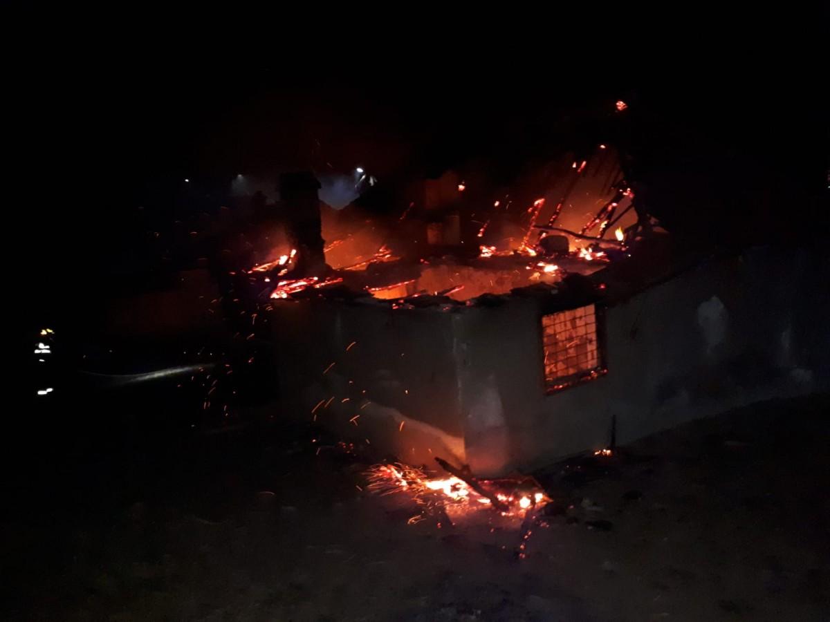 Noapte grea pentru pompierii sibieni. O locuințăs-a făcut scrum din cauza unui scurtcircuit