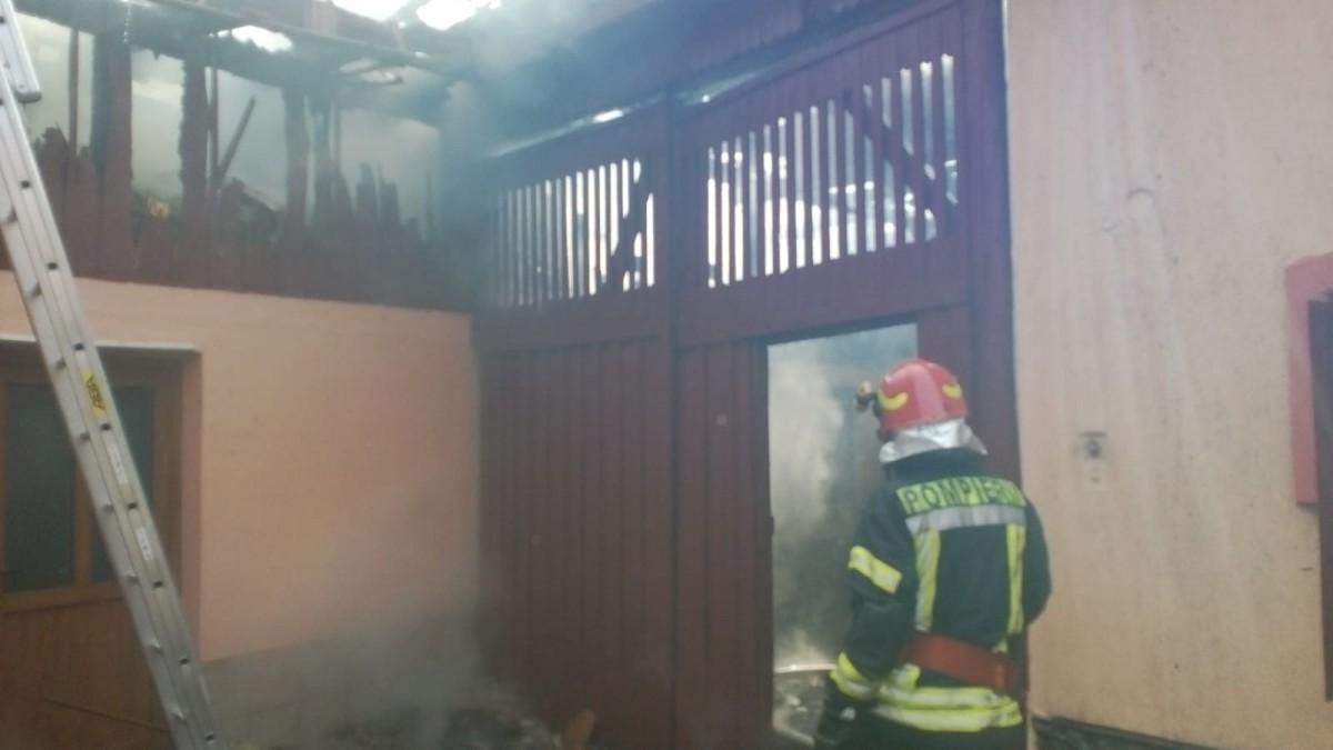 Incendiu la o șură din Rășinari. Focul s-a extins și la vecini