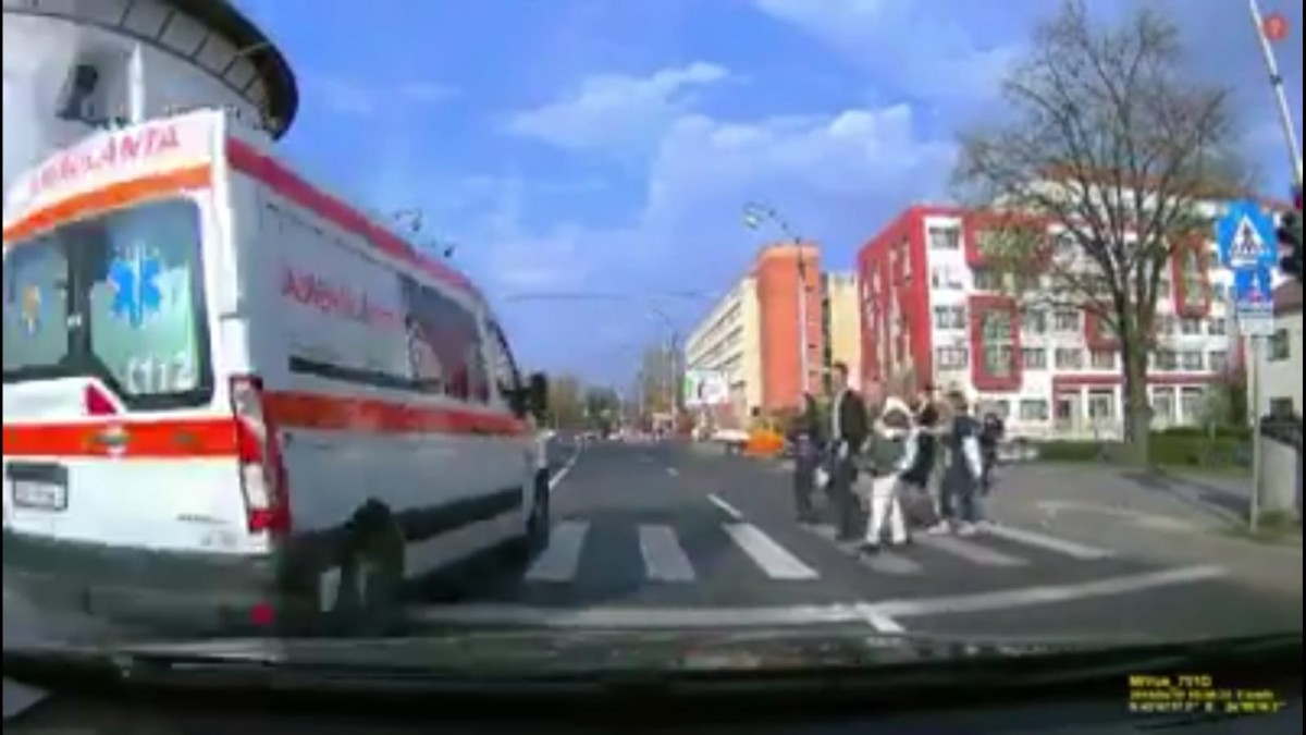 VIDEO-Ambulanță pe roșu, fără sirenă, printre pietoni. Poliția verifică șoferul