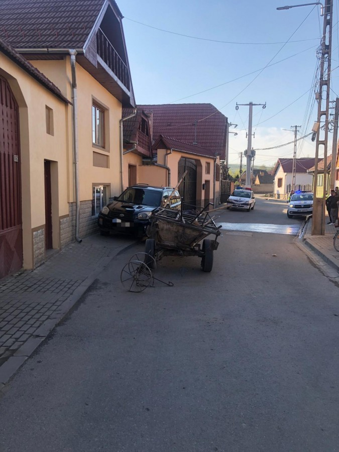 Bărbat de 71 de ani, băut și cu căruța stricată, a intrat într-un autoturism