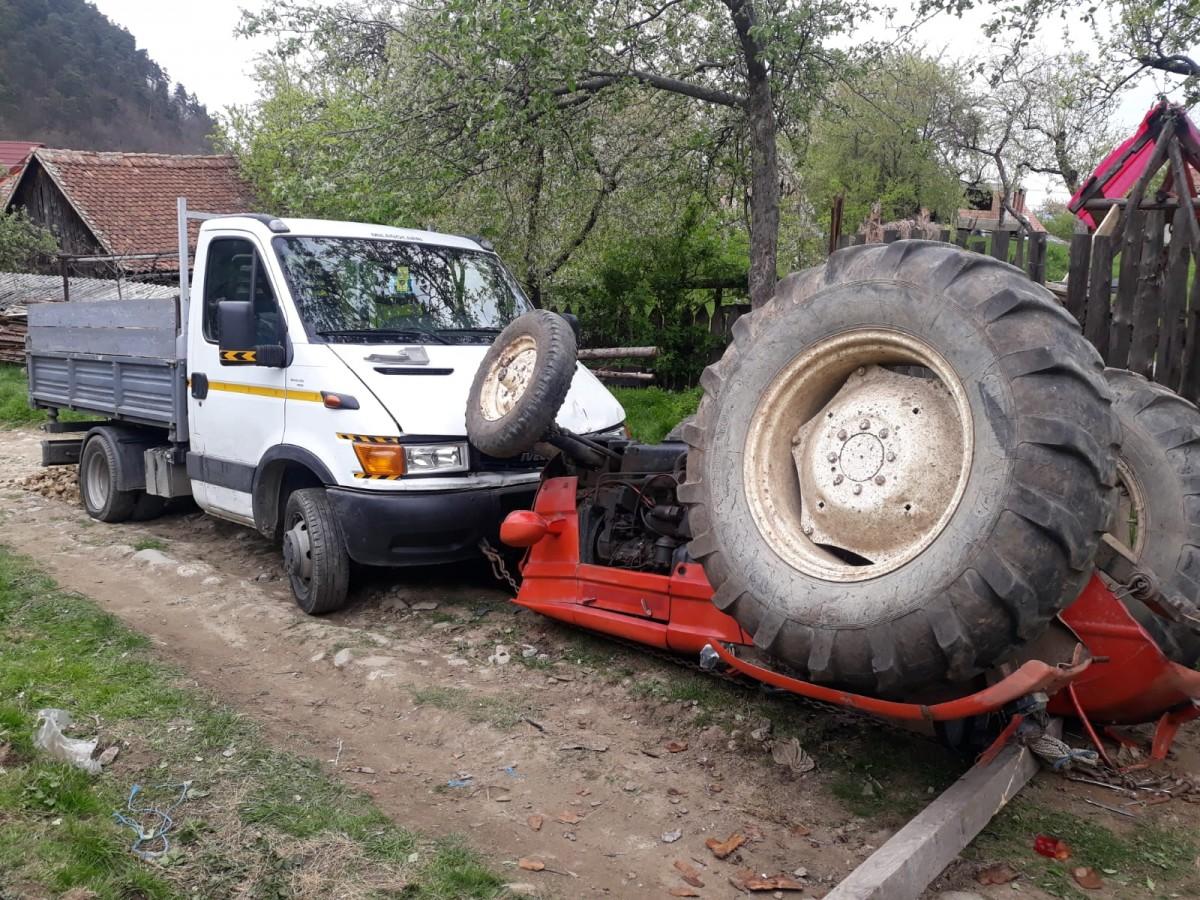 Bărbat prins sub tractor, după ce l-a manevrat greșit și s-a răsturnat