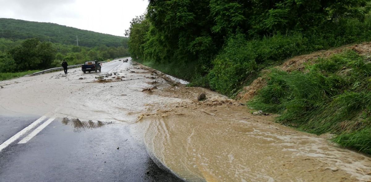 Foto și video. Efectul ploilor de sâmbătă dimineața: inundații în Apoldu de Sus și noroi a inundat pe o porțiune din DN1