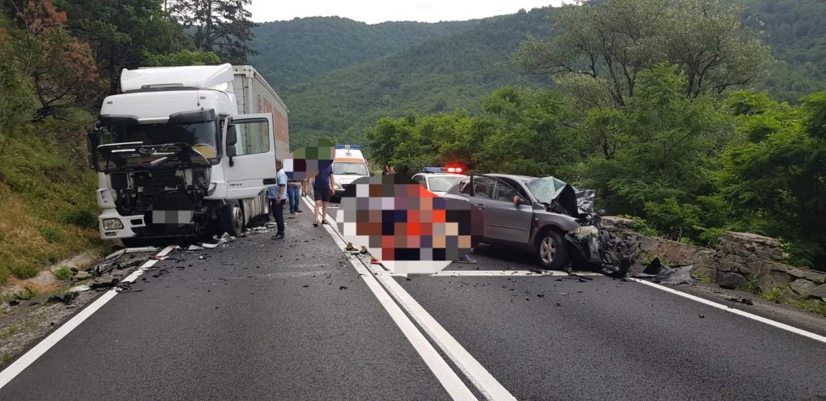 Accident între un autoturism și un TIR pe DN7, la Boița: O victimă rănită grav, șoferul decedat