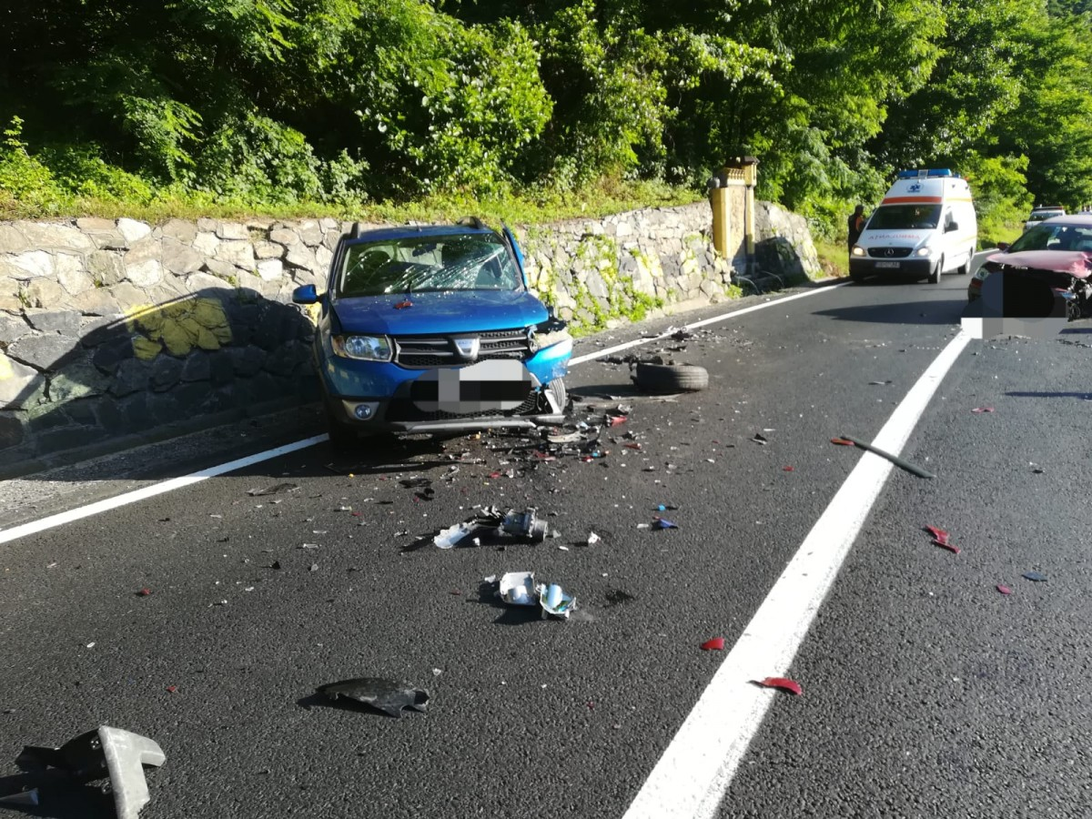 FOTO - Accidentgrav la Boița. Un șofer a intrat pe contrasens