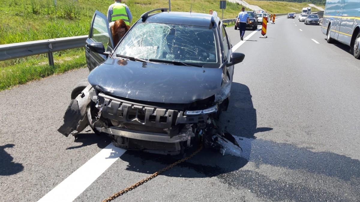 VIDEO - Accident pe autostradă, la intrare în Sibiu. O șoferiță a derapat