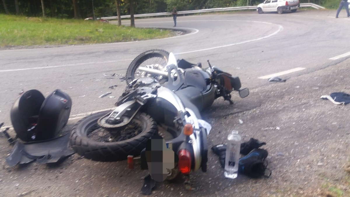 O șoferiță a accidentat doi motocicliști. A intrat pe contrasens pe Transfăgărășan