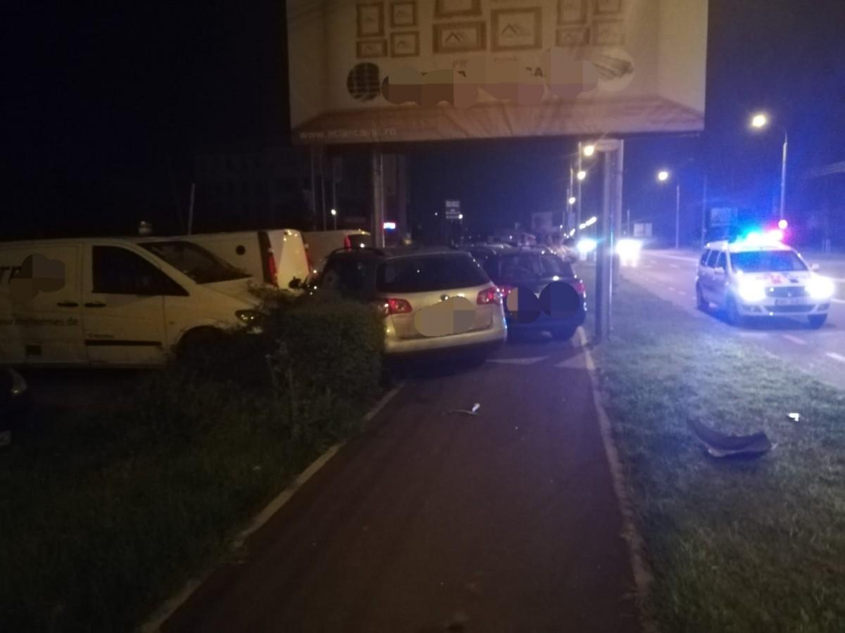 Carambol azi-noapte pe Alba Iulia. Două mașini s-au lovit și au ajuns în alte două parcate