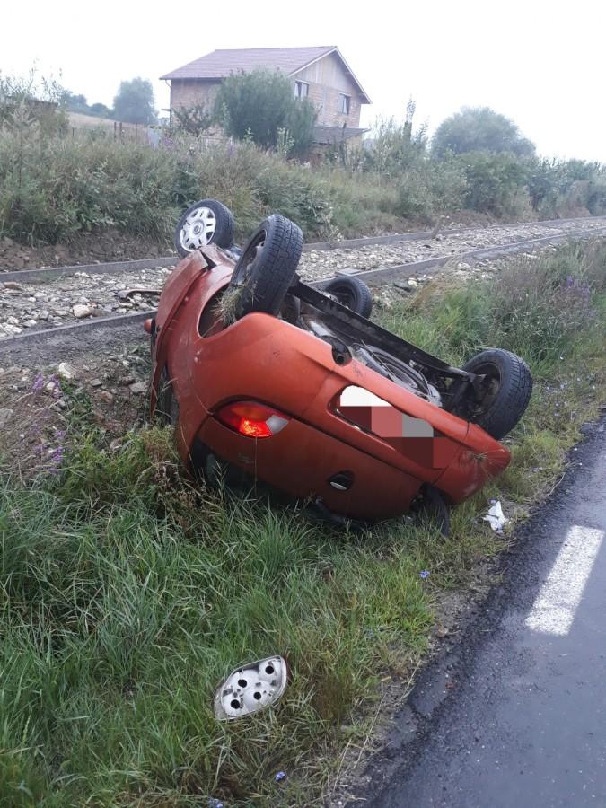 Depășire pe ploaie. O mașină s-a răsturnat pe drumul Cisnădie-Sibiu