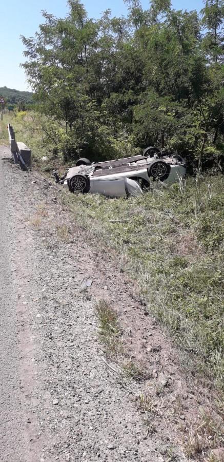 Cu doi copii în mașină, un șofer s-a răsturnat din cauza neatenției