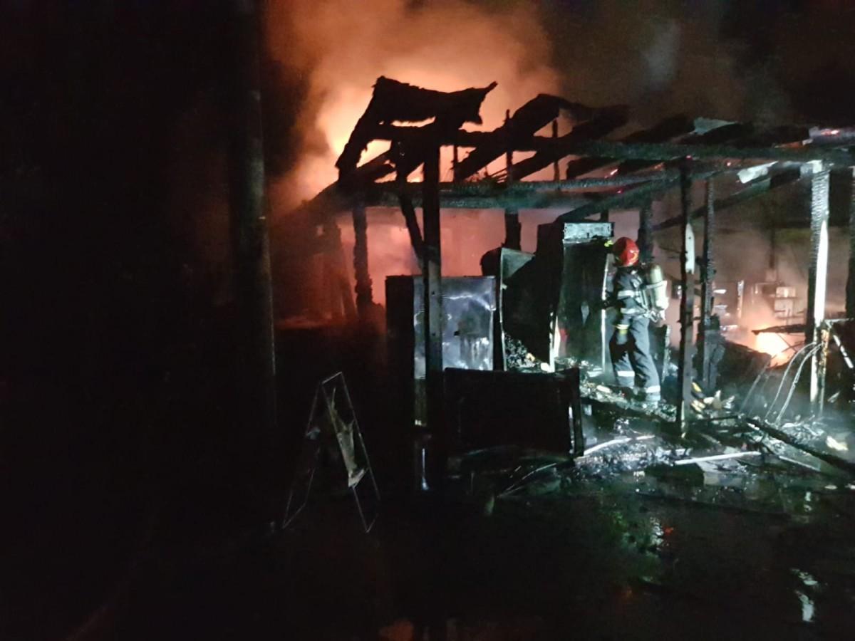 FOTO-Incendiu puternic azi-noapte în Pădurea Dumbrava. A ars un restaurant dela Zoo