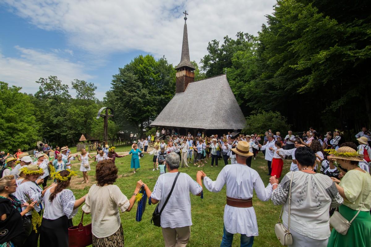 FOTO Zi de sărbătoare în Muzeul în aer liber din Dumbrava Sibiului. Vizitatorii au purtat ie