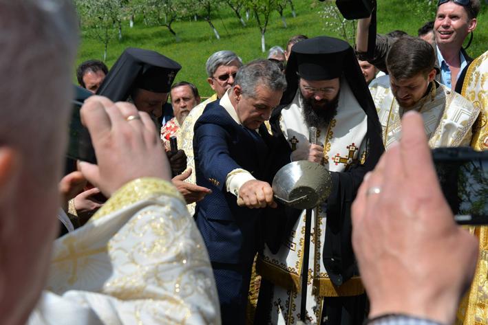 IPS Laurentiu, Mitropolitul Ardealului, a pus piatra de temelie pentru o biserica noua Prislop, alaturi de Gigi Becali