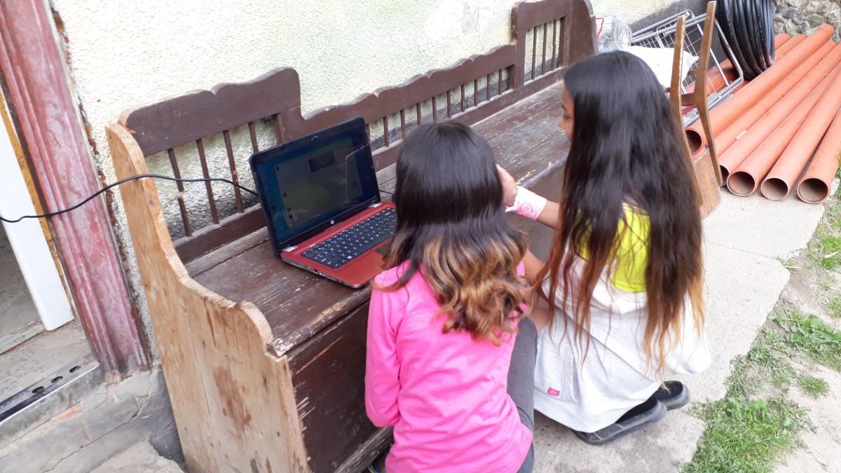 Nouă copii din Hamba și Șura Mare au acum dispozitive de pe care pot participa la cursuri online, datorită unor voluntari
