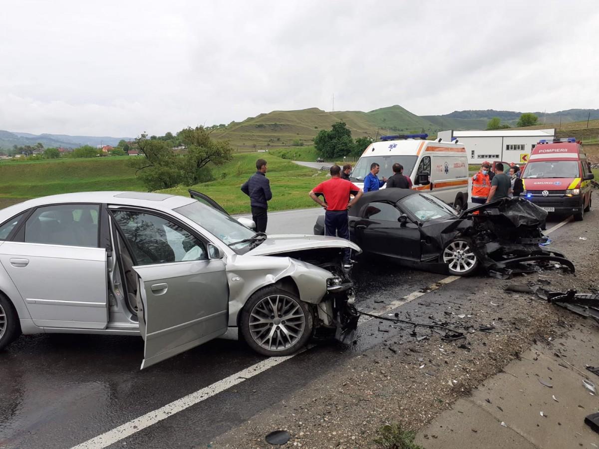 Coliziune frontală între două autoturisme, pe DN14. Trei persoane au fost rănite