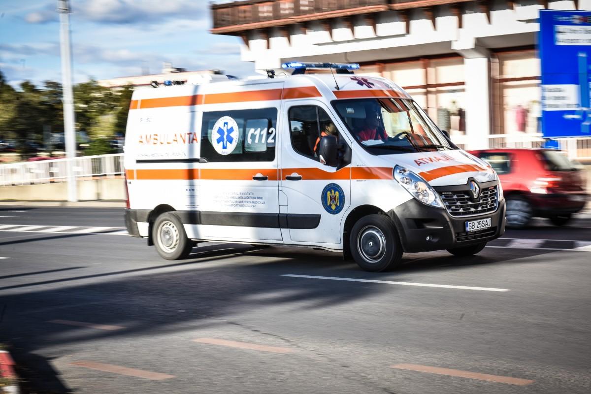 """""""Mopedist"""" lovit de mașină, pe Mihai Viteazu, după ce un șofer nu s-a asigurat"""