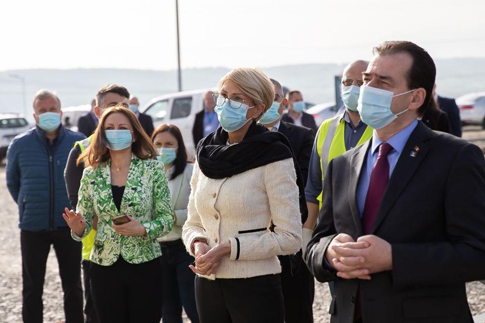 """FOTO Premierul Orban, pe șantierul Autostrăzii Sibiu – Pitești: """"E momentul marilor proiecte"""""""