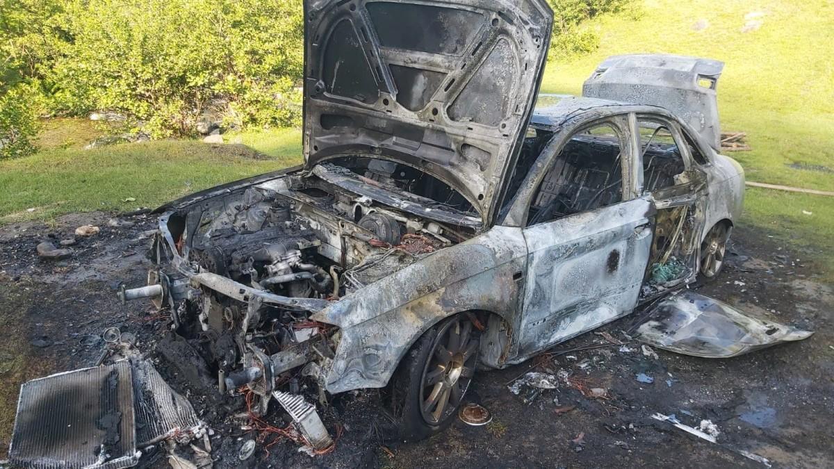 FOTO – Audi ars complet, după ce un tânăr băut i-a dat foc la grătar