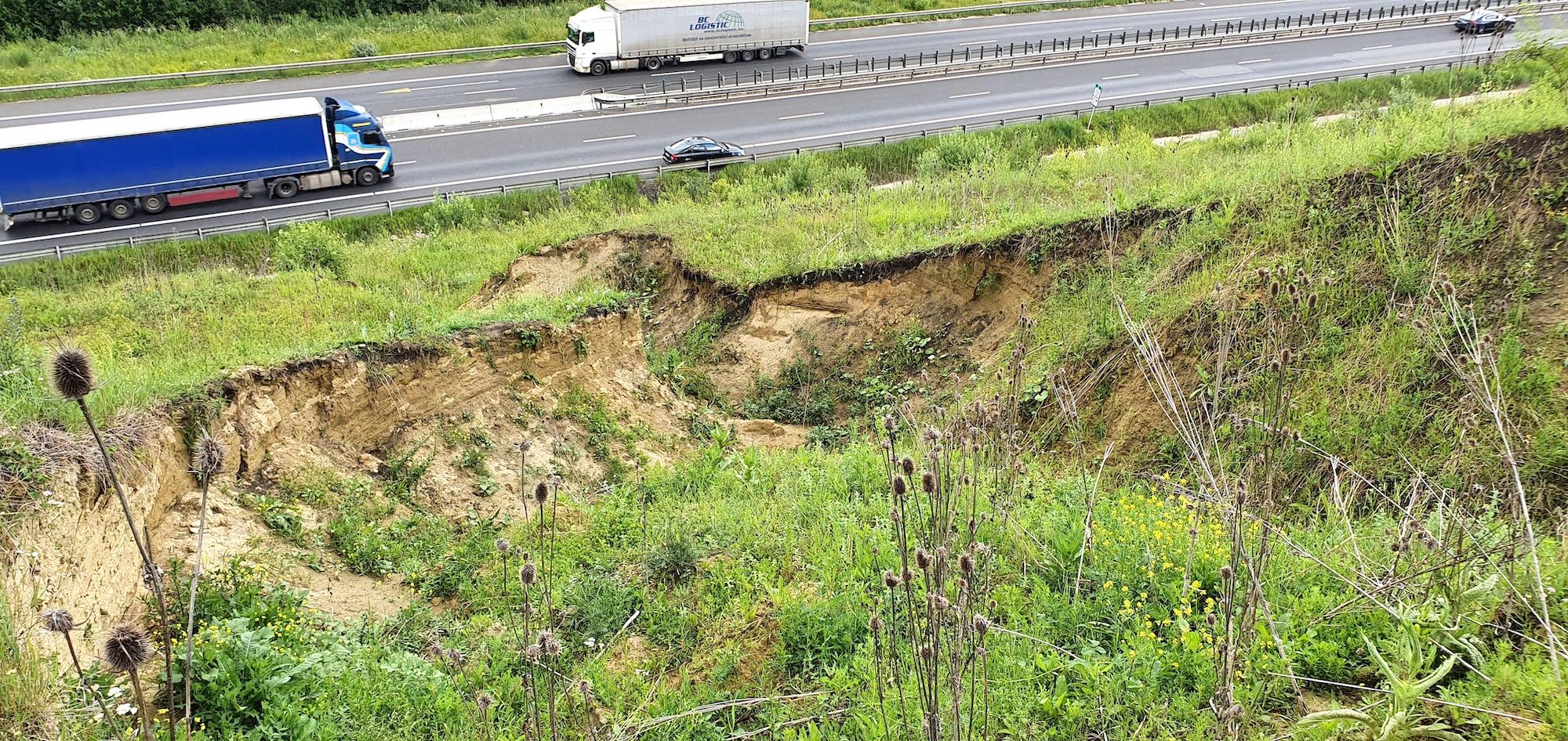 Jumătate de km dintr-un alt deal alunecă înspre autostradă. O parte a și ajuns la drum