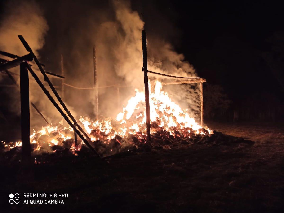 Un depozit de furaje a ars azi-noapte, în comuna Ațel