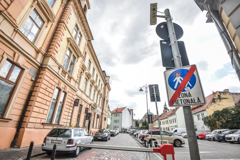 Locuitorii din centru cer Primăriei să interzică accesul altor mașini pe strada lor