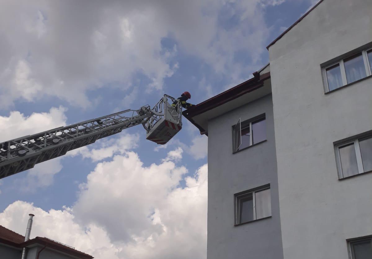 Intervenție la înălțime, pentru câteva țigle ce stăteau să cadă de pe o clădire