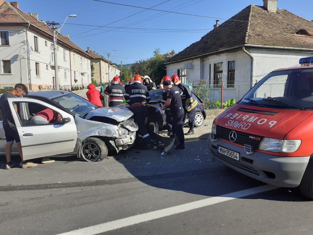 Accident la Mediaș. Un șofer a avut nevoie de descarcerare