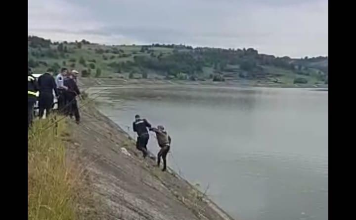 Pescar salvat după ce a căzut în Olt. Era prea băut ca să iasă singur la mal