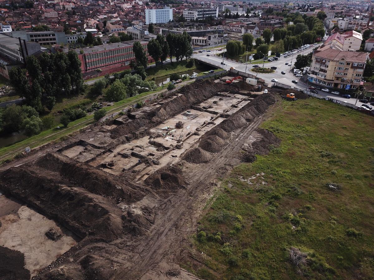 """Cimitir din secolul 17 descoperit aproape de centrul Sibiului. """"Este unul din cele mai mari șantiere arheologice"""""""