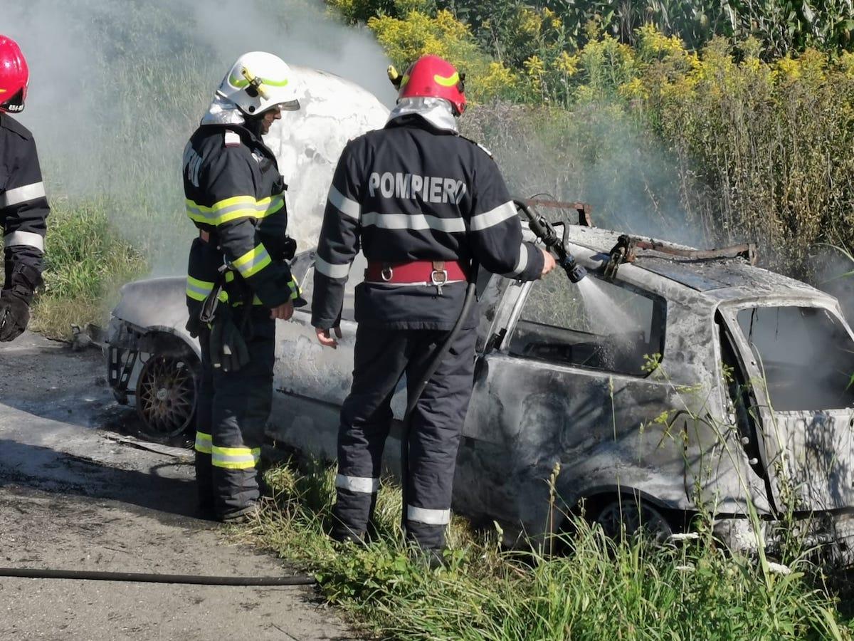 Autoturism în flăcări, din cauza unui scurtcircuit – FOTO