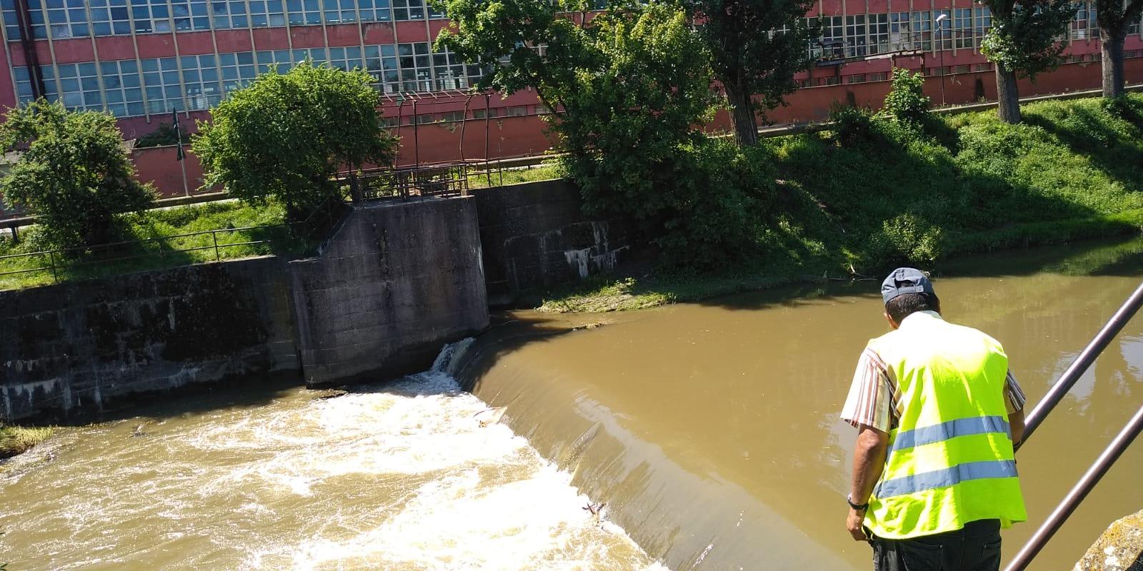 FOTO-Angajații primăriei au curățat Cibinul de gunoaie