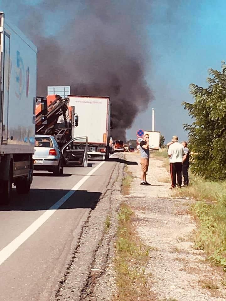 Autoturism în flăcări, în apropiere de aeroport