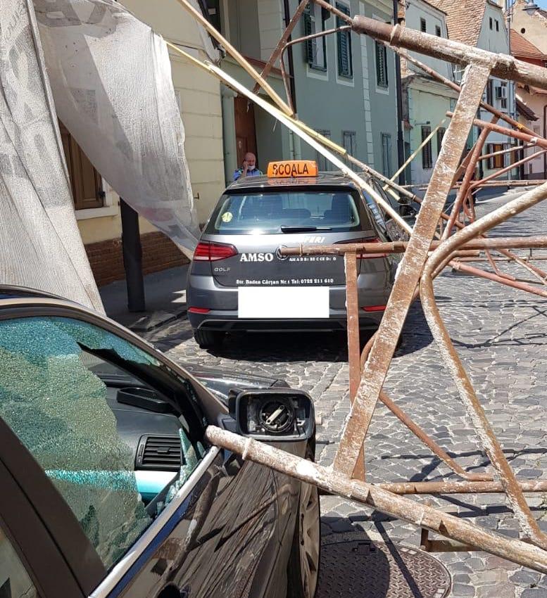 Schelă căzută pe două mașini, aproape de centrul orașului - FOTO
