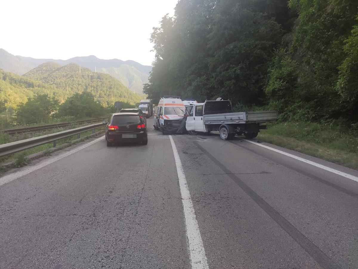Ambulanță implicată într-un accident, pe Valea Oltului. Cinci persoane au fost rănite